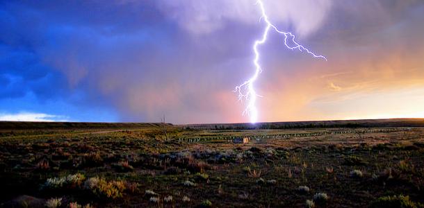 【雷がなったら車に避難は…正解!?】ゲリラ豪雨の季節に自分の身を守るための基礎知識