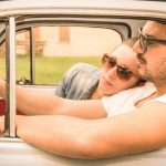 車を運転するカップル