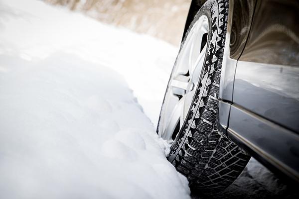 スタッドレスタイヤって普通のタイヤとどう違うの?各メーカーの特徴についても紹介!