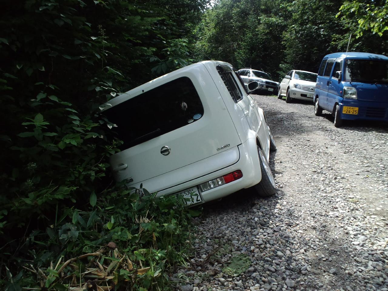 【車のトラブル対処方法】側溝にタイヤが落ちてしまった!ぬかるみにはまってしまった!脱輪・落輪やスタックした時の脱出方法とは?