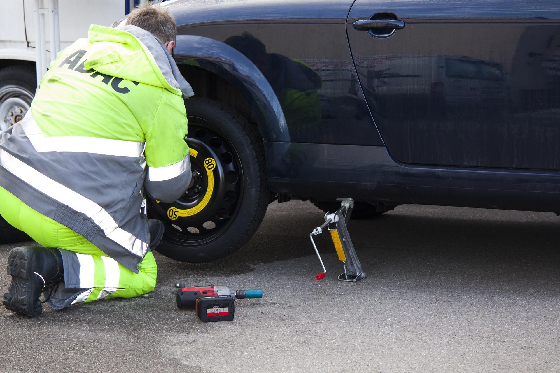 【車のトラブル対処方法】タイヤがパンクしてしまった!修理できるパンクとできないパンクとは?応急処置はどうすればよい?